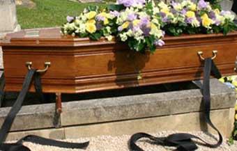 برازيلي يظهر لأسرته أثناء تشييع جنازته!!