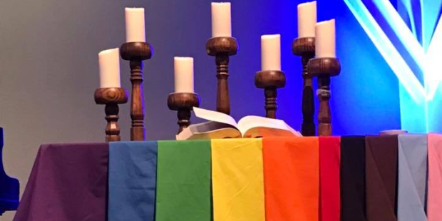 مذبح كنيسة يتدثر بعلم الشواذ المثليين