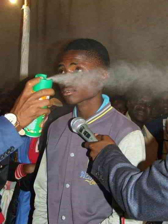 pasteur vaporise l'insecticide divin fidèles pour guérir
